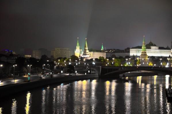 Прямолинейное движение камеры над Москвой рекой